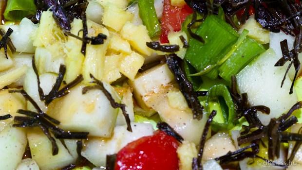 Uborkasaláta tengeri zöldséggel