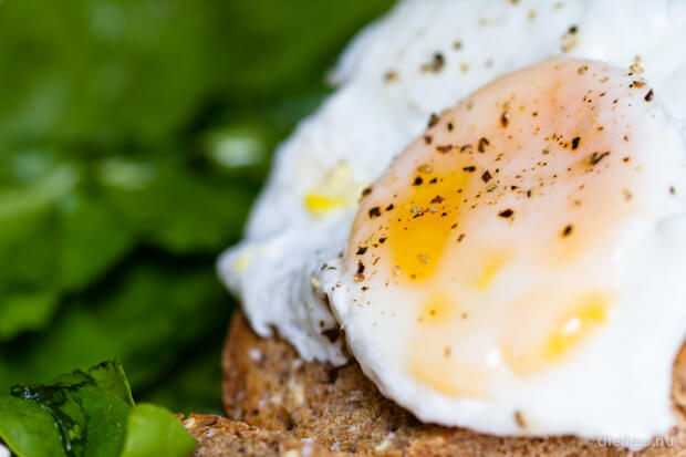 Buggyantott tojás spenóttal